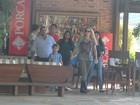 Danielle Winits vai com o namorado e os filhos a restaurante no Rio