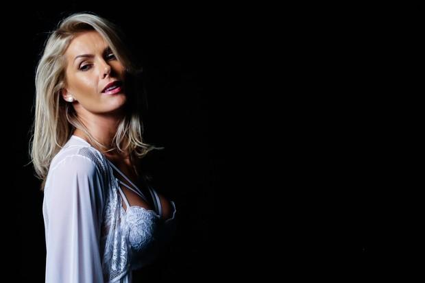 58ec4f9c5 EGO - Ana Hickmann estrela campanha de lingerie e mostra corpo em ...