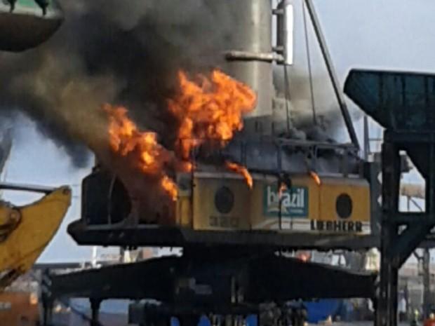 Guindaste de grande porte pega fogo no Porto Itaqui (Foto: Reprodução/TV Mirante)