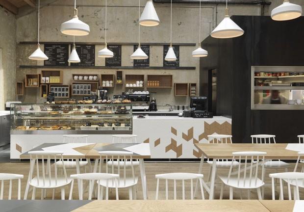 Caf londrino tem decora o inspirada no universo militar for Mobiliario cafeteria