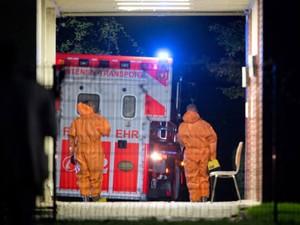 Ambulância com paciente contaminado por ebola chega a hospital de Frankfurt, na Alemanha, para tratamento (Foto: Boris Roessler/DPA/AFP)