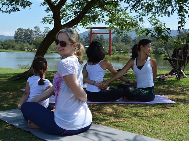 Yoga para mães e filhos no Parque Centenário (Foto: Cristina Requena/G1)