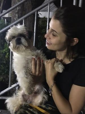 Advogada Marcela Carneiro Rios deixa seu cão em hospedagem domiciliar em Goiânia, Goiás (Foto: Vitor Santana/G1)