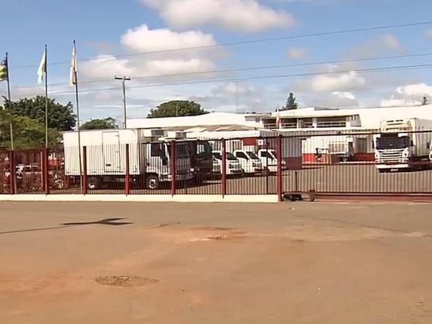Fiscais do Ministério da Agricultura fiscalizam frigoríficos alvos da Carne Fraca, em Goiás (Foto: Reprodução/TV Anhanguera)