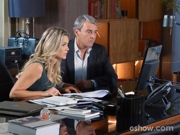 Heloísa e Thomaz ficam apreensivos com a revelação de Lili (Foto: Além do Horizonte/TV Globo)