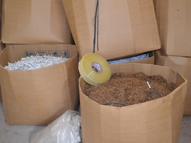 Tabaco e filtros foram apreendidos em fábrica clandestina de cigarros em Rio Claro  (Foto: Polícia Federal de Piracicaba/ Divulgação)