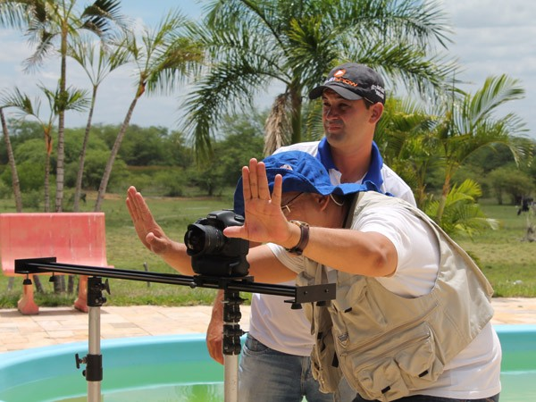 Bastidores da gravação com a contora Irah Caldeira e Maciel Melo para a TV Grande Rio. (Foto: Gabriela Canário)