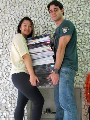 Aline Hamai ajuda o namorado Carlos a carregar seus livros (Foto: Ana Carolina Moreno/G1)