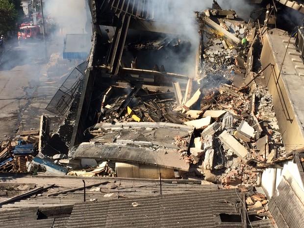 Oito casas foram interditadas - uma delas desmoronou - após o incêndio (Foto: Marcelo Elizardo/G1)