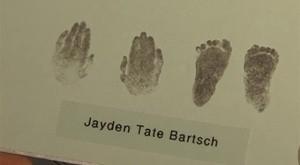 Impressões das mãos e pés são única lembrança que Tarlia tem do bebê (Foto: BBC)