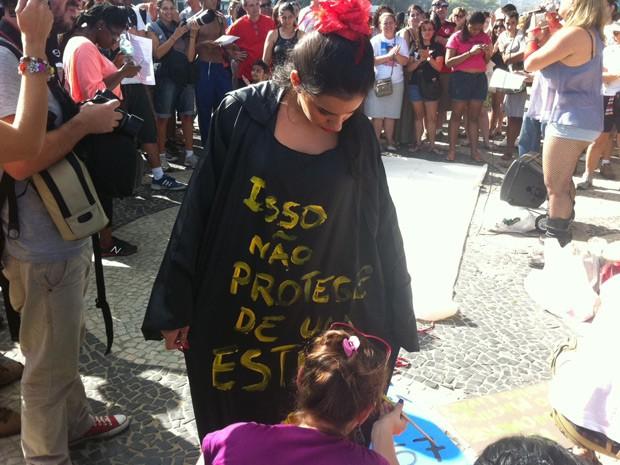 Mulheres usam cartazes e roupas para protestar contra a violência (Foto: Christiano Ferreira / G1)