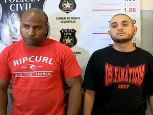 Thyago e Leonardo foram apresentados em Joinville (Foto: Reprodução/RBS TV)