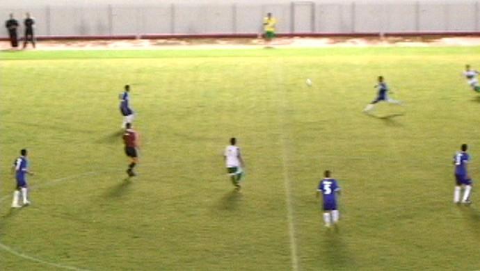 Gessé, atacante do Atlético-AC, marca golaço de antes do meio-campo no Florestão (Foto: Reprodução)