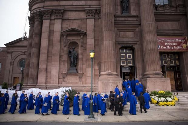 Membros do coral chegam à Basílica de São Pedro e São Paulo na Filadélfia, que irá receber uma missa com o Papa Francisco neste sábado (26)  (Foto: Drew Angerer/Getty Images/AFP)