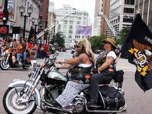 Casal anda de moto sem capacete, em Milwaukee, nos Estados Unidos (Foto: Rafael Miotto/G1)