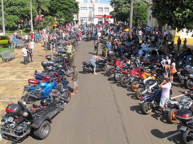 Motociclistas ocuparam praça da catedral e ruas no entorno durante missa em Barretos, SP (Foto: Rafael Miotto/G1)