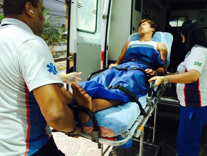 Wonwoo Cho é levado em ambulância. Velejador sul-coreano está no evento-teste de vela (Foto: Reprodução/Facebook)