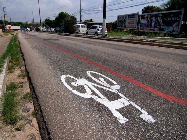 Foram desenhadas bicicletas e pintadas faixas na Avenida Felizardo Moura (Foto: Canindé Soares/G1)