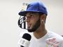 """Após férias """"quietinho"""", Paulinho fala de destino na chegada ao Santos"""