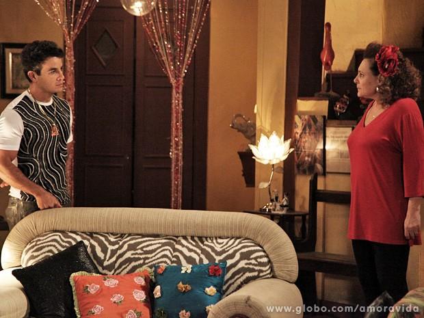 """O """"Palhaço"""" explica à mãe de Val Delícia que a filha está numa casa de vidro (Foto: Carol Caminha / TV Globo)"""