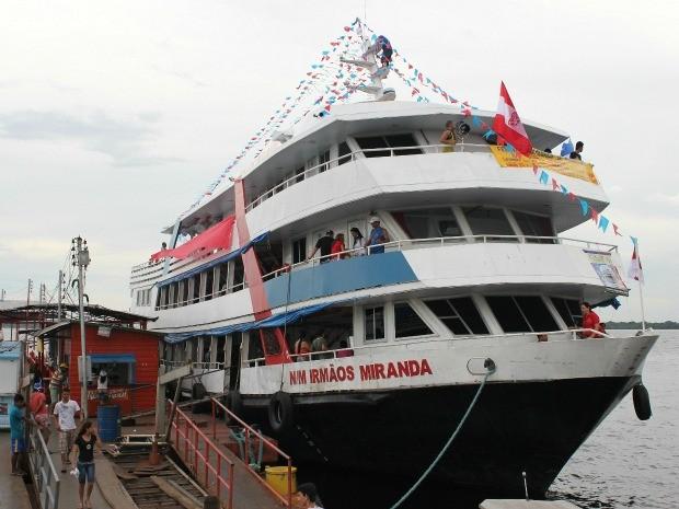 Cores azul e vermelha dominam embarcações que vão para Parintins (Foto: Tiago Melo/G1 AM)