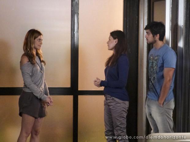 Tereza avisa a Paulinha que ela irá dividir o alojamento com Zélia (Foto: Além do Horizonte/TV Globo)