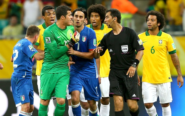 árbitro Ravshan Irmatov jogo Brasil Itália segundo gol em Salvador (Foto: Getty Images)