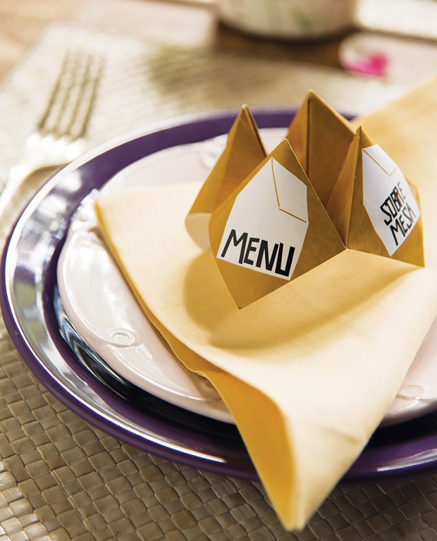 A dobradura dente-de-leão, além de ser uma ótima petisqueira, pode revelar o menu do dia. Escreva os pratos do cardápio no item e relembre a infância brincando com os convidados – mas, dessa vez, a recompensa será uma deliciosa refeição.  (Foto: Cacá Bratke/Editora Globo)