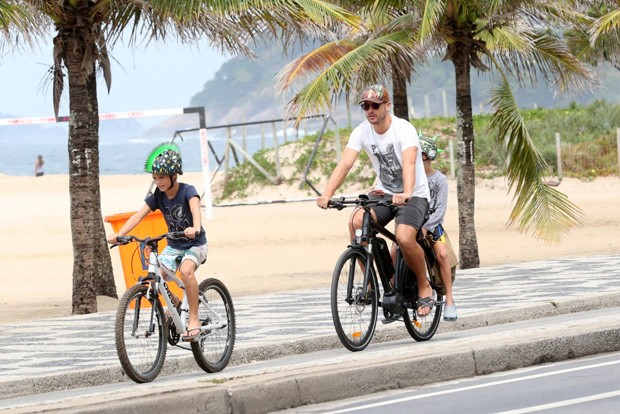 Rodrigo Hilbert e filhos (Foto: agnews)