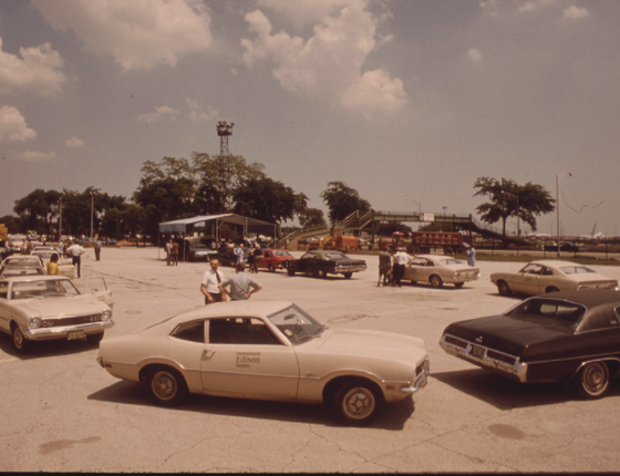 Motoristas esperam para vistoria de emissões nos anos 1970. As regras mais frouxas nos EUA atrasaram a indústria automobilística do país. A história vai se repetir? (Foto: U.S. National Archives and Records Administration)