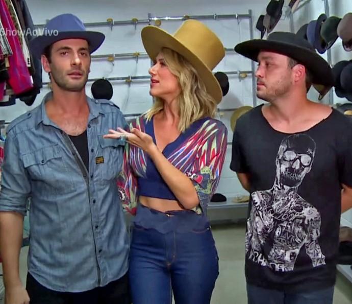 Flávio Tolezani, Giovanna Ewbank e Rodrigo Andrade experimentam vários modelos de chapéus (Foto: TV Globo)