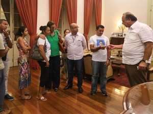 Pezão recebeu famílias de Eduardo e Elizabeth no Palácio Guanabara (Foto: Shana Reis/Governo do Rio)