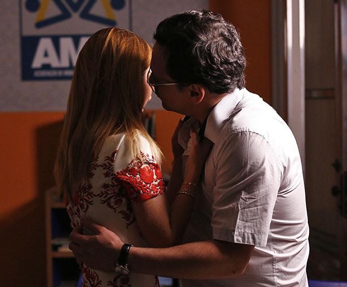 O casal se rende a um beijo apaixonado e mata a saudade (Foto: Raphael Dias/Gshow)