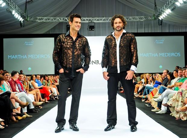 O ator Carlos Casagrande e Rico Mansur foram os escolhidos para desfilarem os looks de estreia da estilista no masculino (Foto: Divulgação)
