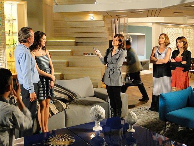 Cida conta a verdade sobre seu passado à jornalista (Foto: Cheias de Charme / TV Globo)