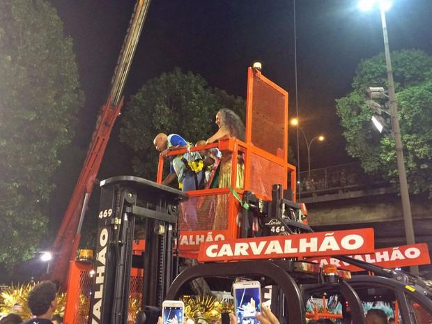 Carvalhão tenta colocar Bethânia em cima do carro alegórico (Foto: Lívia Torres / G1)