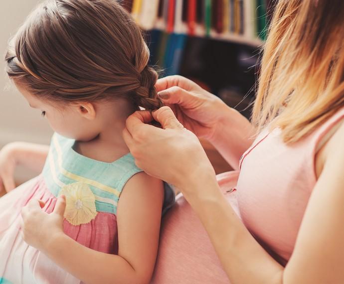 Aproveite o momento de cuidar do cabelo da sua filha (Foto: Divulgação)