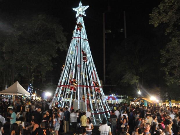 Árvore de Natal instalada na Praça da Bandeira, em Londrina (Foto: Divulgação/Prefeitura de Londrina)