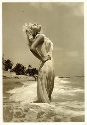 Bunny Yeager em foto tirada por ela mesma em 1960 (Foto: reprodução)