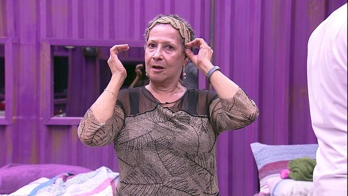Geralda não ficou para trás e tirou onda na frente do espelho (Foto: TV Globo)