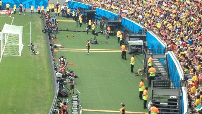 Stewards ajudam no controle da segurança dentro do estádio  (Foto: Bruno Willemon)