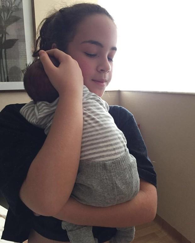 Cora Grecco com o irmão recém-nascido (Foto: Reprodução / Instagram)