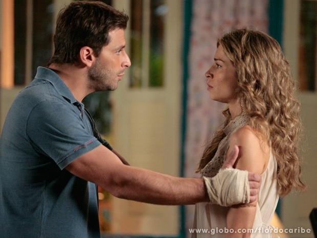 Cassiano tenta se explicar para a amada (Foto: Flor do Caribe / TV Globo)