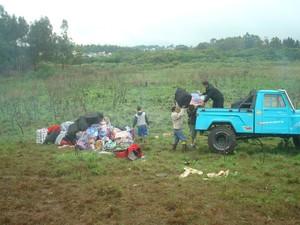 Mercadorias trazidas do Paraguai também foram retiradas do local do acidente no RS com a ajuda de jipeiros (Foto: Bernardo Boff/Divulgação/Pampa Jipe Clube)