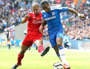 Drogba na partida do Chelsea contra o Liverpool na final da Copa da Inglaterra (Foto: Reuters)
