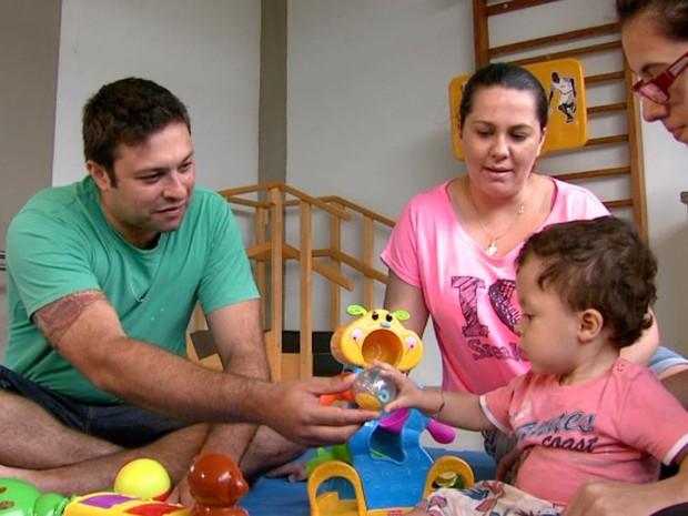 Projeto da UFSCar de São Carlos, SP, estimula crianças de 3 a 5 meses (Foto: Rodrigo Sargaço / EPTV)