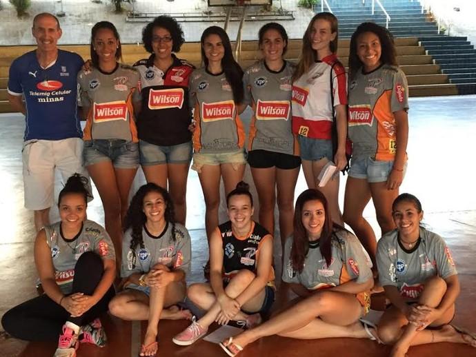 Atletas ao lado do professor Edu do Vôlei na tarde desta segunda-feira (Foto: Semepp / Divulgação)