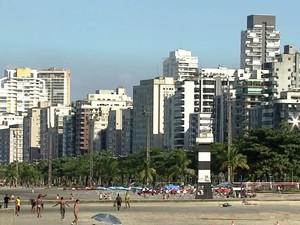 Orla da praia de Santos, SP (Foto: Reprodução / TV Tribuna)