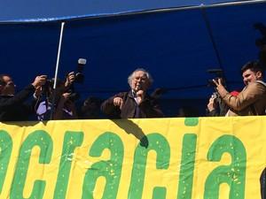 Vencedor do Nobel da Paz, argentino Adolfo Pérez Esquivel discursa em Porto Alegre (Foto: Daniel Favero/G1)