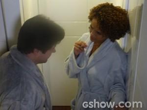 Durante a noite os dois conversam no correndor (Foto: Geração Brasil/ TV Globo)
